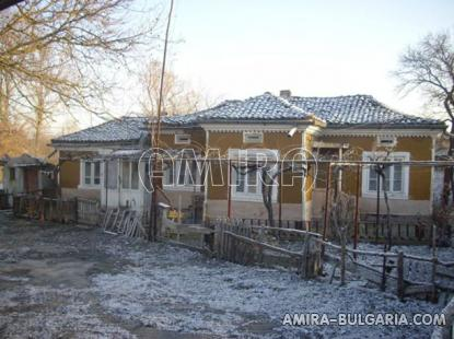 Bulgarian holiday home near a dam front 2