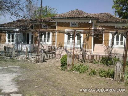 Bulgarian holiday home near a dam front